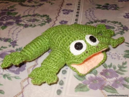 вязаная игрушка лягушонок